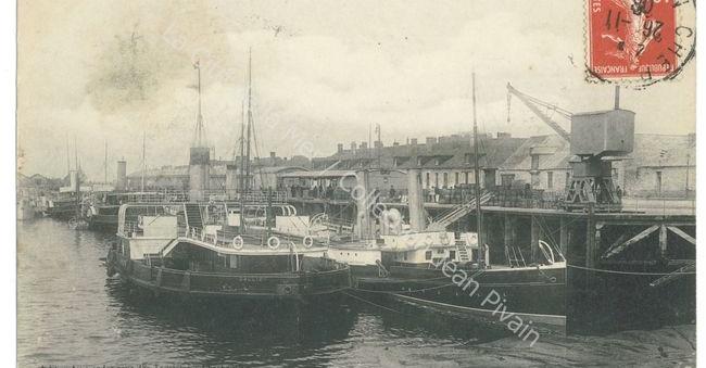 Carte postale en noir et blanc format paysage CHERBOURG - La Gare Maritime et les Navires Transbordeurs