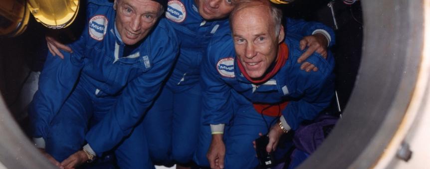 Anatoly Sagalevich (au centre) entouré de Pierre Trudeau et Joseph MacInnis dans un des sous-marins russes Mir avant une plongée à 3000 m dans la baie de Monterey (Caifornie) © Botanical Press/Paul T. Isley III 2009