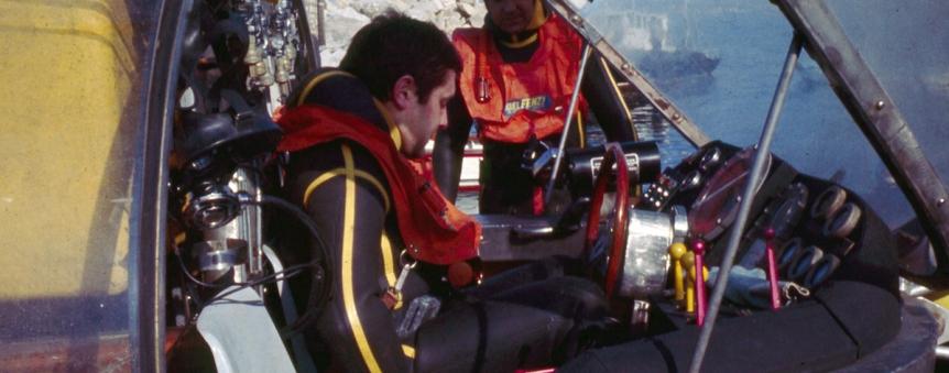 Un plongeur s'installant au poste de pilotage du sous-marin Total Sub © A. Tocco/Comex