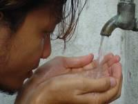 Homme buvant de l'eau © http://www.freeimages.com/
