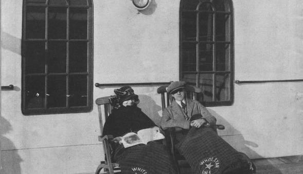 Brochure de la White Star Line : Deux passagers de 2e classe assis sur des chaises longues © Collection