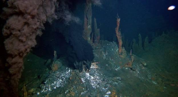 Cheminées hydrothermales sur le site de Lucky Strike © Ifremer/ Momar 2008