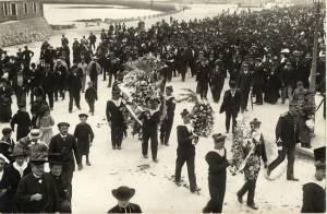 """Cérémonie funéraire à Cherbourg suite au naufrage du """"Vendémiaire"""" le 8 juin 1912 © Bibliothèque Jacques Prévert/Ville de Cherbourg-en-Cotentin"""