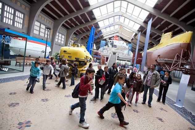 Groupe scolaire dans la Nef d'Accueil © La Cité de la Mer_B.Almodovar