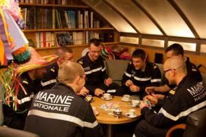 Sous-mariniers jouant aux cartes à bord du SNLE Téméraire © AGASM France