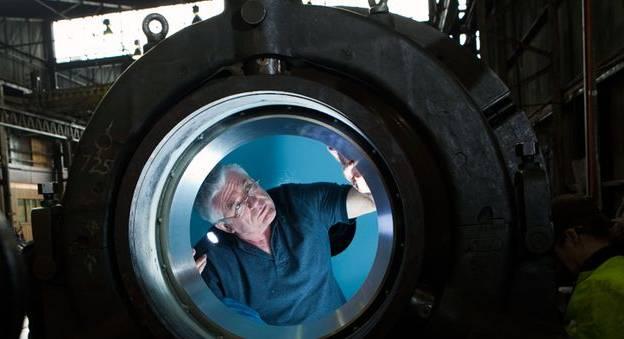 Ron ALLUM inspecte la sphère du DEEPSEA CHALLENGER © Randy LARCOMBE