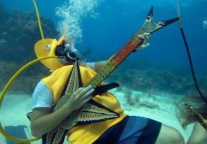 Jeff Wright, déguisé en hippocampe, joue sur une fausse guitare lors du Festival annuel de musique sous-marine dans l'archipel des Keys, au large de l'île de Big Pine Key (Floride). © Bob Care/Florida Keys News Bureau