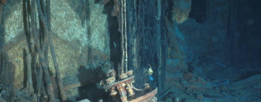 Un des lustres du Grand Escalier de 1re classe sur l\'épave du Titanic © RMS Titanic