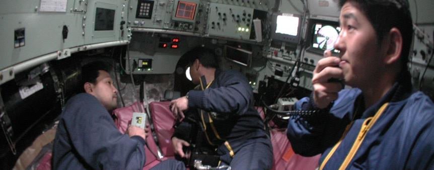 Le pilote Yanagitani (au 1er plan) dans le sous-marin japonais Shinkai 6500 © JAMSTEC