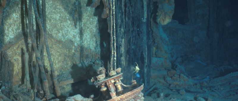 Un des lustres du Grand Escalier de 1re classe sur l'épave du Titanic © RMS Titanic
