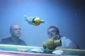 Les chercheurs estoniens Asko Ristolainen and Taavi Salumäe regardant le robot U-CAT évoluant dans un aquarium © Courtesy of Centre for Biorobotics, Tallinn University of Technology / mihkel l
