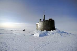 Le sous-marin nucléaire d'attaque USS Connecticut fait surface dans l'océan glacé Arctique durant l'ICEX 2011 © U.S. Navy photo by Mass Communication Specialist 2nd Class Kevin S. O'Brien/Released