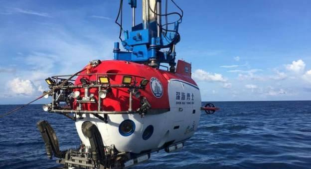 Le sous-marin chinois d'exploration, Shenhai Yongshi, à bord du navire Tansuo-1. Ce sous-marin est capable de plonger jusqu'à 4500 mètres de profondeur © Chinanews.com