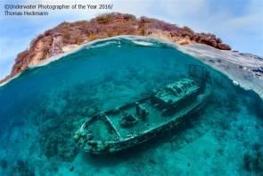 """Photographie de Thomas Heckmann primée dans la catégorie """"Épaves"""" du Festival international de la photographie sous-marine britannique. Cette épave se situe près de l'île de Curaçao dans la mer des Caraïbes. © Underwater Photographer of the year 2016/Thomas Heckmann."""