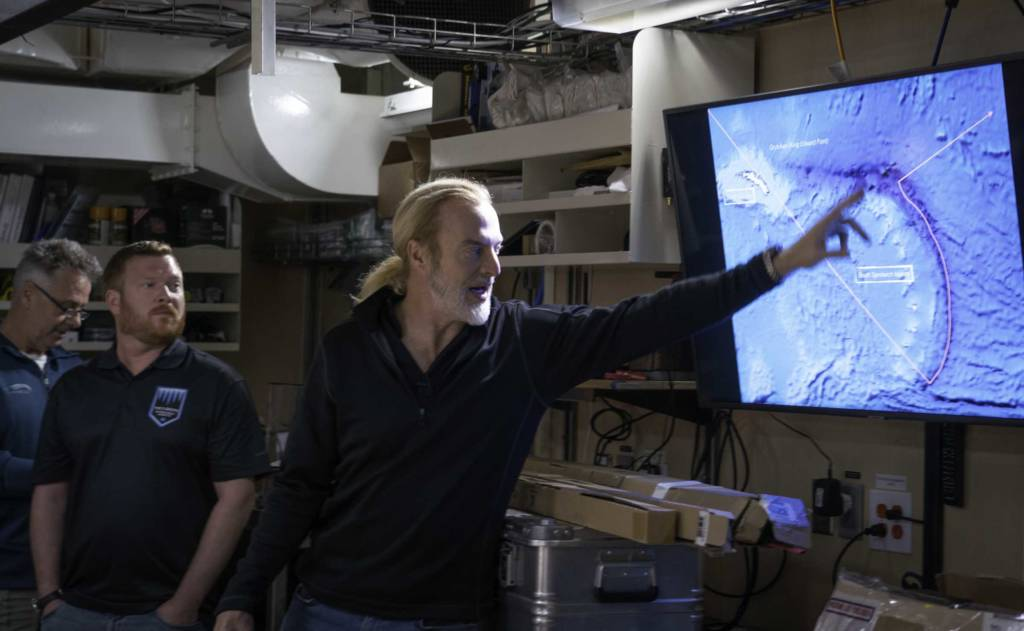 Victor Vescovo indique à l'équipe d'expédition l'itinéraire proposé pour plonger au niveau de la fosse des îles Sandwichs du Sud ©Caladan Oceanic