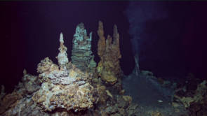 Cheminées hydrothermales anciennes et récentes du champ hydrothermal de Fati Ufu ©CHUBACARC 2019 - Ifremer