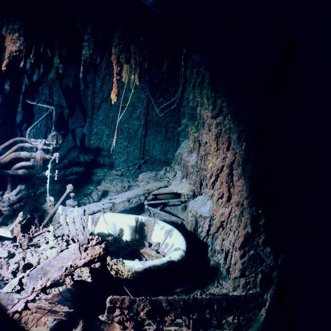 En 2003, la baignoire de la salle de bain du commandant Smith est déjà couverte de rusticles. © Image de Lori Johnson, RMS Titanic Expedition 2003, NOAA-OE.