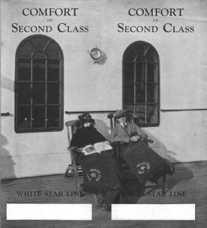 "Brochure de la White Star Line : Deux passagers de 2e classe assis sur des chaises longues © Collection ""Titanic-The Ship Magnificent"""
