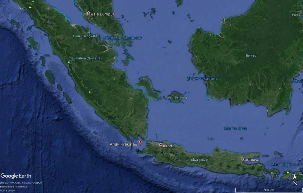 Le tsunami aurait été provoqué par un glissement de terrain sous-marin lié à l'activité du volcan Anak Krakatau © Image Google Earth