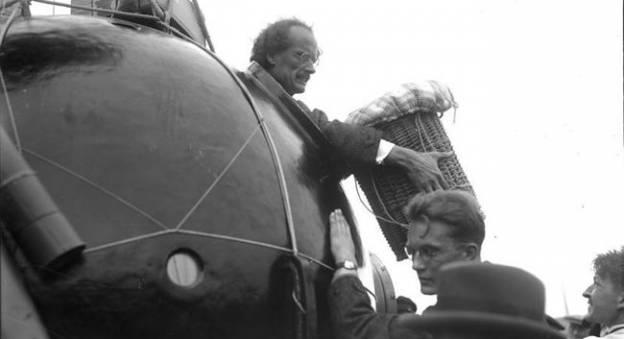 Auguste Piccard lors d'une préparation d'un vol stratosphérique en 1932 © Archives fédérales allemandes Bundesarchiv Bild 102-13739