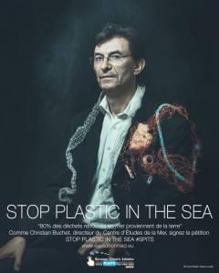 "Christian Buchet pose pour la campagne ""Stop plastic in the sea"" © Cyril Abad / Hans Lucas"
