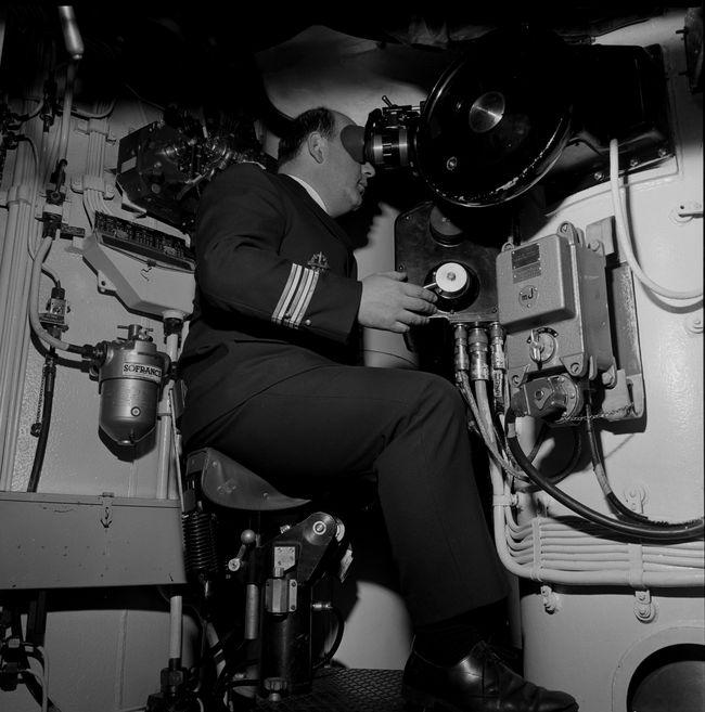 L'Amiral Louzeau au périscope de combat, à bord du SNLE Le Redoutable en plongée, au large de Brest le 22 décembre 1970. © ECPAD