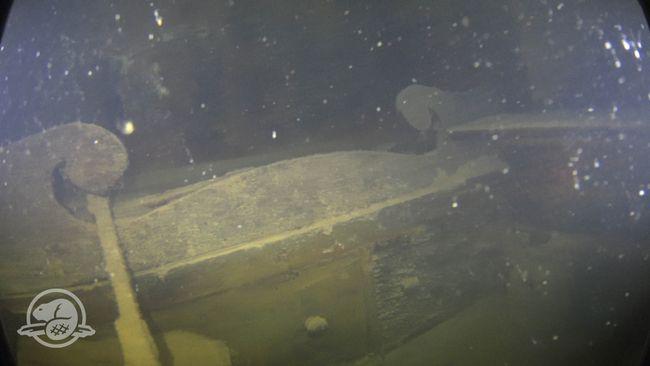 Une couchette, des tiroirs et une étagère dans une cabine sur le pont inférieur du Terror. © Parcs Canada, Équipe d'archéologie subaquatique