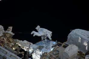En 2017, l'astronaute français Thomas Pesquet réalise sa première sortie dans l'espace à proximité de la station spatiale internationale © Roscosmos–O. Novitsky