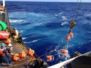 Mise en place d'un hydrophone dans la fosse des Mariannes © NOAA
