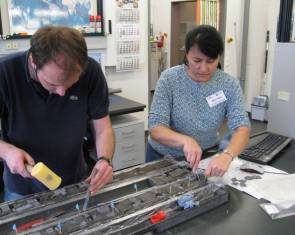 Miriam Katz (Rensselaer Polytechnic Institute) et Christian Sommerfield (Bremen University) prélève un échantillon dans une carotte de sédiments © MARUM/IODP