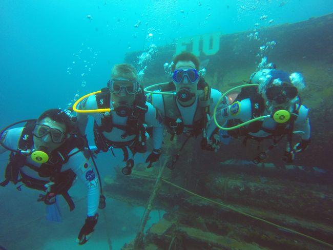 Lors de précédentes missions NEEMO (comme ici en 2014), les astronautes vivent dans l'habitat sous-marin Aquarius au large de la Floride. Aquarius sert de substitut de base spatiale au départ de laquelle les astronautes font régulièrement des sorties sous-marines en tenue de plongée. © NASA
