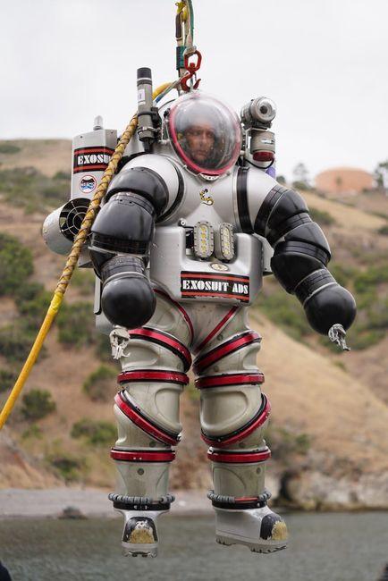 Thomas Pesquet à l'intérieur de la combinaison Exosuit avant sa mise à l'eau © ESA/NASA