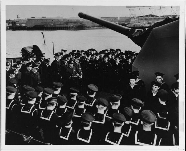Cérémonie de mise en service de l'USS Johnston au large de Seattle le 27 octobre 1943. © U.S. Naval History and Heritage Command photograph. Catalog#: NH 63368