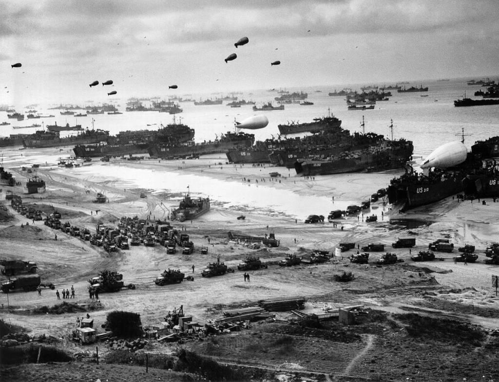 Navires débarquant leur cargaison sur la plage d'Omaha Beach, à marée basse pendant les premiers jours de l'opération Overlord © U.S. National Archives