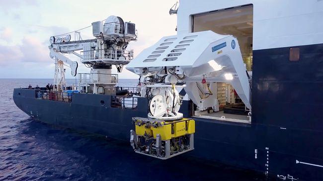 Mise à l'eau du robot sous-marin (ROV) depuis le R/V Petrel © Vulcan Inc.