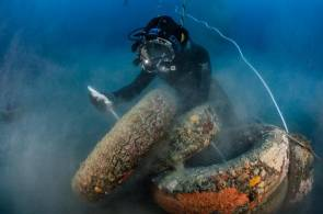Le plongeur passe le filin entre les pneus afin de les remonter à la surface.© Gregory Lecoeur/Agence des aires marines protégées