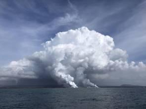 L'éruption du volcan Kilauea a provoqué des panaches de fumée causés par l'entrée de la lave fondue chaude dans l'eau de mer © Karin Bjorkman, UH