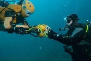 Le robot humanoïde Ocean One et Michel L'Hour, directeur du DRASSM ©Teddy Seguin-2016
