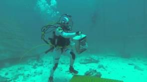 SEATEST - Un astronaute -à proximité d'Aquarius - s'entraine à se déplacer sous l'eau et à déployer un réseau de capteurs. © ESA