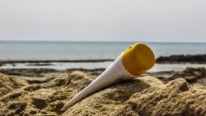 Crème solaire sur la plage © Pixabay