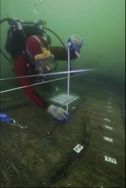"""Aux abords de Thônis-Héracléion, un archéologue inspecte l'épave d'un """"baris"""", un bateau à fond plat utilisé pour transporter des marchandises sur le Nil. © Photo par Christoph Gerigk ©FranckGoddio/Hilti Foundation"""